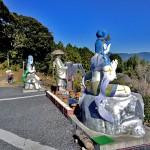 本堂前の仏像群