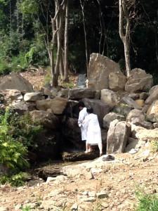 賢興世話人と共に滝行をされる門徒の方