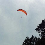 空に舞うパラグライダー