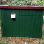 塗装中の地震計小屋