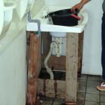 洗面台の設置の様子