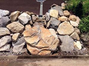 水ハネ防止に石を置きました