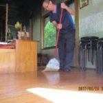 護摩供養前に護摩堂の清掃