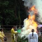 白煙とともに勢い良く燃え盛る炎