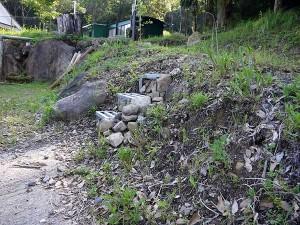 自然石で隠してみました