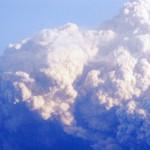 噴煙を上げる新燃岳